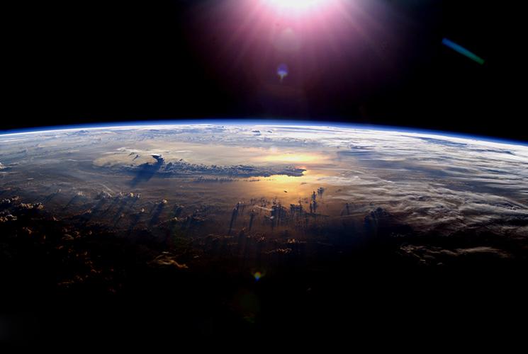 La Tierra y el sol. Fotografía de la NASA.